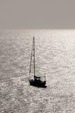 现出轮廓的帆船 库存照片