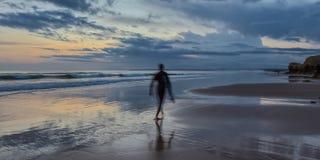 现出轮廓背景海景的形式冲浪者在日落 葡萄牙 免版税库存照片
