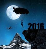 现出轮廓跳伞运动员飞将军着陆对新年2016年 免版税库存照片