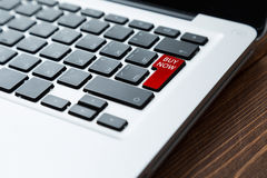 现在买在膝上型计算机的按钮 免版税库存图片