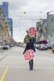 现在抗议者藏品中止种族主义招贴的看法在碎片街道驻地之外的在墨尔本,澳大利亚 免版税库存照片