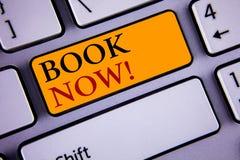 现在显示书诱导电话的文本标志 概念性照片安排在旅馆飞行适应的预定 Infor的概念 免版税库存照片