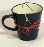 现在被修理的残破的咖啡杯 免版税库存照片