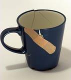 现在被修理的残破的咖啡杯 图库摄影