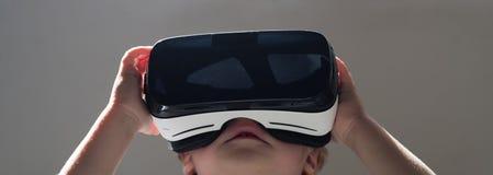 现在远期 小儿童穿戴无线VR玻璃 VR耳机的小孩 可爱的孩子用途现代技术 库存图片