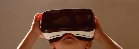 现在远期 小儿童穿戴无线VR玻璃 VR耳机的小孩 可爱的孩子用途现代技术 免版税库存图片