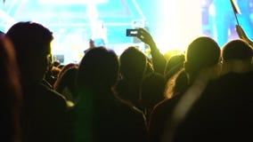 现场展示和明亮的阶段观众闪动 有手机的无法认出的人射击录影 4k射击 股票视频