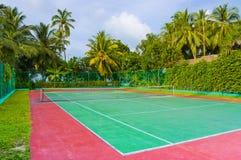 现场热带海岛的网球 免版税库存图片