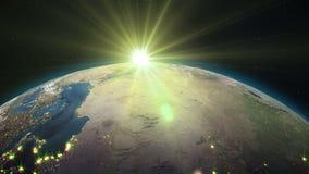 现实地球,转动在空间以满天星斗的天空和太阳圈为背景 皇族释放例证