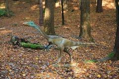 现实恐龙模型在森林里 库存图片
