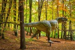 现实恐龙模型在森林里 免版税库存图片
