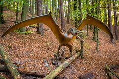 现实恐龙模型在森林里 库存照片