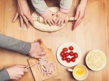 现有量困难工作 烹调与孩子 儿童和母亲手 免版税库存图片