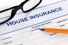 现有量在小的白色的房子保险 免版税库存照片