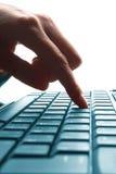 现有量膝上型计算机键入的妇女 免版税库存图片