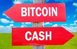 现金和bitcoin 免版税图库摄影