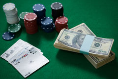 现金大角度看法与芯片和卡片的 免版税库存图片