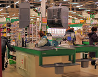 现金点在大型超级市场商店 库存照片