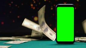 现金说谎在有绿色屏幕的,网上赏金,赌博娱乐场应用程序智能手机附近的全部 影视素材