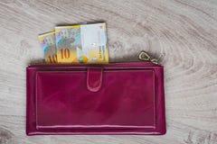 现金静物画  红葡萄酒皮革钱包和瑞士法郎在木背景 免版税图库摄影