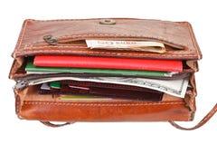 现金,信用卡,在女性提包的文件 免版税库存照片