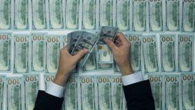 现金,金钱,全部一百张新的美元钞票 计数金钱,新的美元的人 财务收益,薪水,出售 影视素材