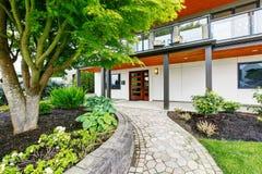 现代三级的房子外部与木修剪 图库摄影