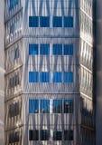 现代与垂直和弯曲的l建筑学修造的前面  免版税图库摄影