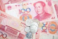 现代中国元人民币钞票和硬币 免版税库存图片