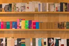 现代书架 免版税库存照片