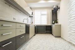 现代乳白色厨房干净的室内设计 库存图片