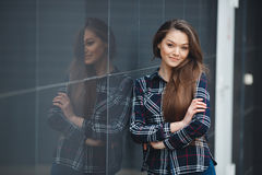 现代事务,在办公室附近的一名美丽的妇女考虑一个经营计划 免版税库存照片