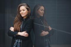 现代事务,在办公室附近的妇女考虑经营计划 免版税库存图片