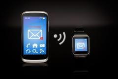 现代互联网巧妙的手表和智能手机 库存照片
