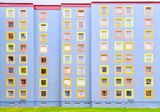 现代五颜六色的多层的房子的门面 免版税库存图片