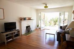 现代休息室内部有开放法语的Windows对庭院 库存照片