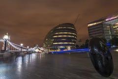 现代伦敦都市风景和泰晤士河,英国 免版税库存图片