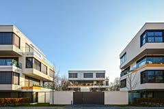现代住房在城市-都市居民住房 库存照片