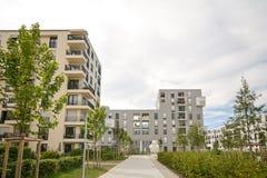 现代住房在城市 库存照片