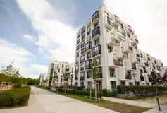 现代住房在城市 免版税库存图片