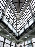 现代修造大厦办公室内部窗口阴影金属蓝色白色曲拱建筑师建筑学天空水泥混凝土 库存图片
