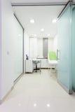 现代健康秀丽温泉沙龙内部。治疗室。 免版税库存照片