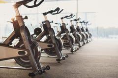 现代健身房内部用设备,健身锻炼脚踏车 库存照片