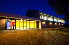 现代健身房大厦在晚上 免版税库存照片