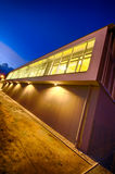 现代健身房大厦在晚上 免版税图库摄影
