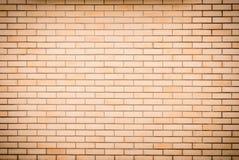 现代充满活力的黄色砖墙作为背景图象 库存图片