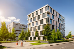 现代公寓单元与蓝天的 库存图片