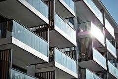 现代公寓外部 一个现代公寓的门面 库存图片