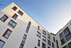 现代公寓外部 一个现代公寓的门面 免版税库存图片