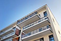 现代公寓外部 一个现代公寓的门面 库存照片